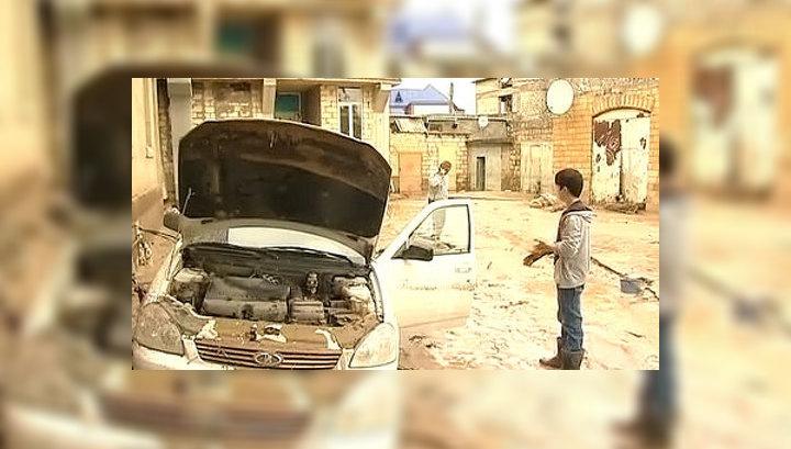 Наводнение в Дербенте: вода смывала сараи и машины