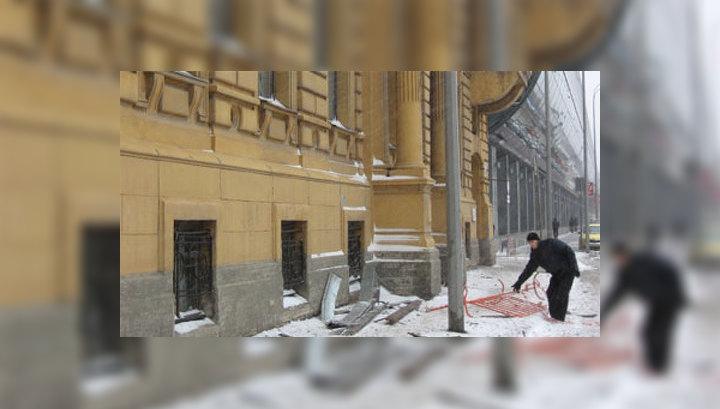 Злая метель срывает крыши и валит деревья в Санкт-Петербурге