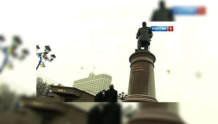 Путин и Медведев возложили цветы к памятнику Столыпину
