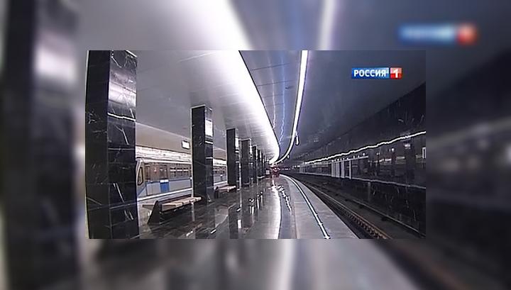 """На станции метро """"Пятницкое шоссе"""" рухнула часть облицовки потолка"""