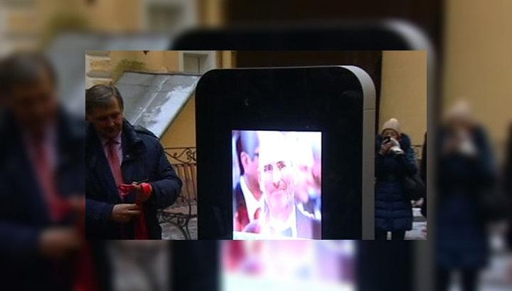 В Петербурге памятник Джобсу в виде iPhone раздает всем Wi-Fi