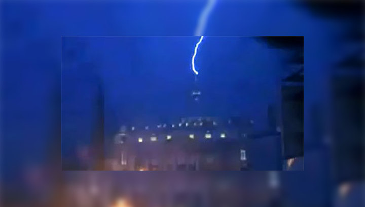Молния поразила собор Святого Петра в Ватикане. Видео
