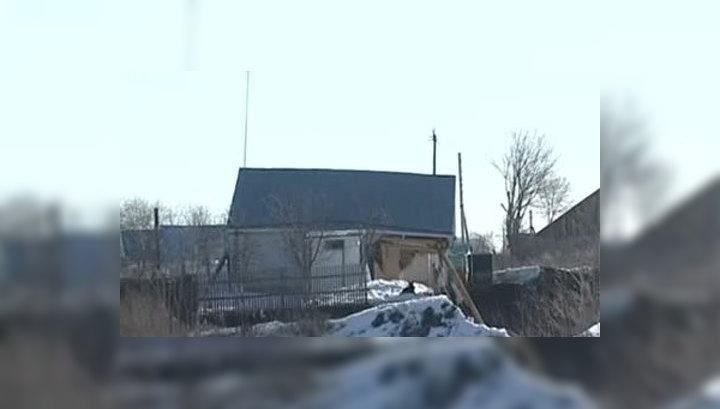 Карстовый провал в Бутурлине растет: еще один дом сползает в яму