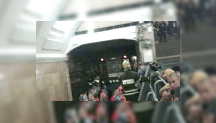 В задымленном тоннеле метро стоят четыре поезда с пассажирами