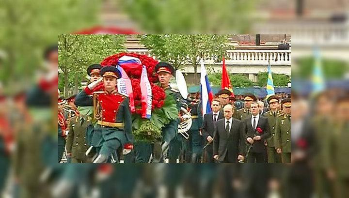 Венки к Могиле Неизвестного Солдата возложили Владимир Путин и Дмитрий Медведев