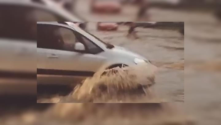 Ливень превратил Ростов-на-Дону в огромное бурлящее озеро