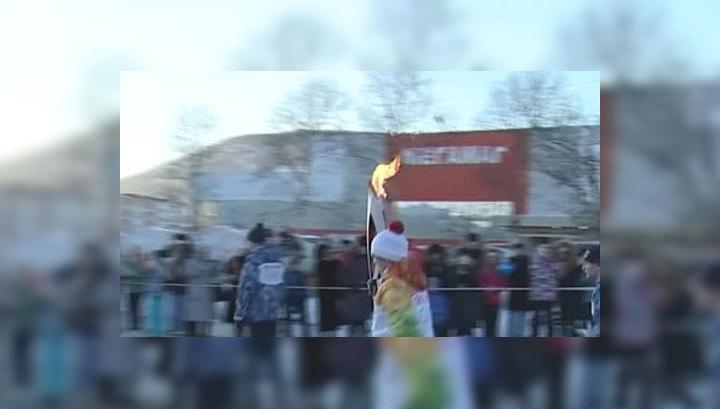 В Магадане факелоносец нес олимпийский огонь и слиток золота