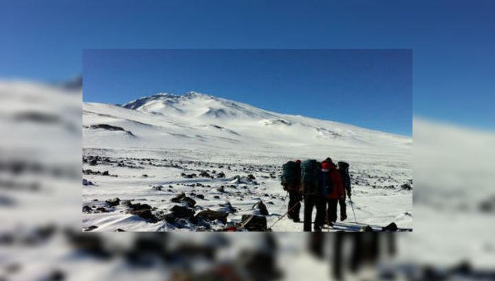 Команда исследователей из проекта POLENET/ANET перевозят оборудование для установки сейсмологический и GPS-станций на горе Сидли