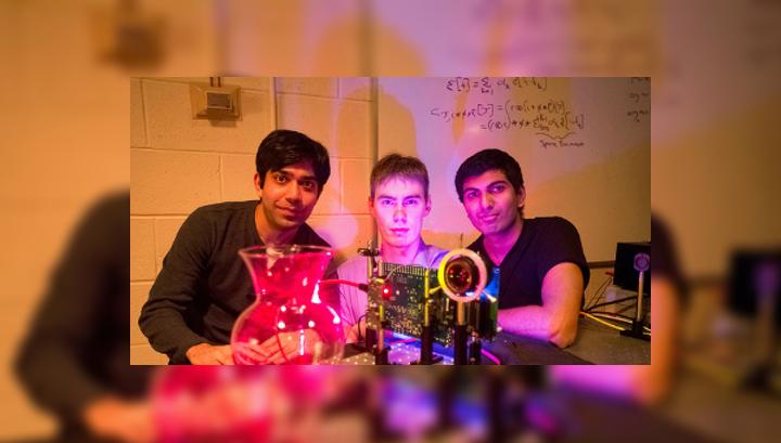 """Студенты MIT (слева направо): Аюш Бхандари, Рефаель Уайт и Ачута Кадамби рядом с их """"нанокамерой"""", которая способна снимать такие полупрозрачные объекты, как стеклянная ваза в 3D"""