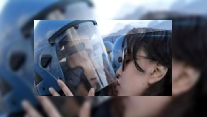 Молодая итальянка может угодить в тюрьму за поцелуй полицейского в шлем
