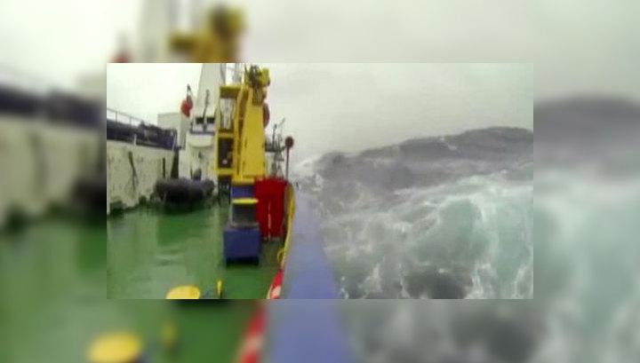 На помощь застрявшему во льдах российскому судну спешат три ледокола