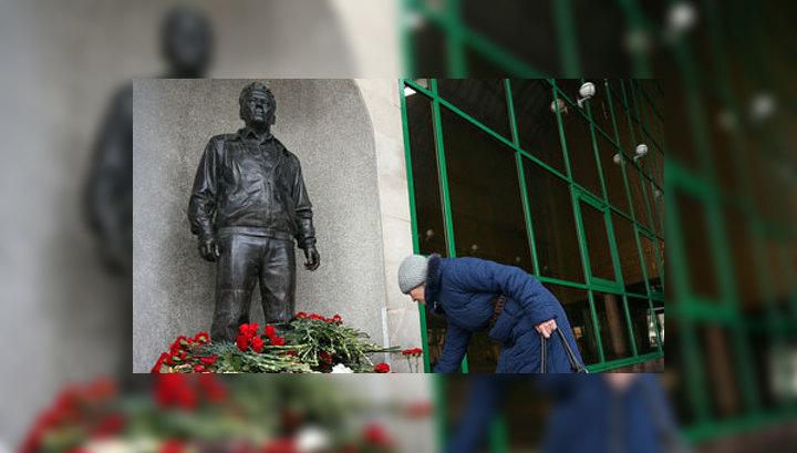 Имя Калашникова откололось от памятника