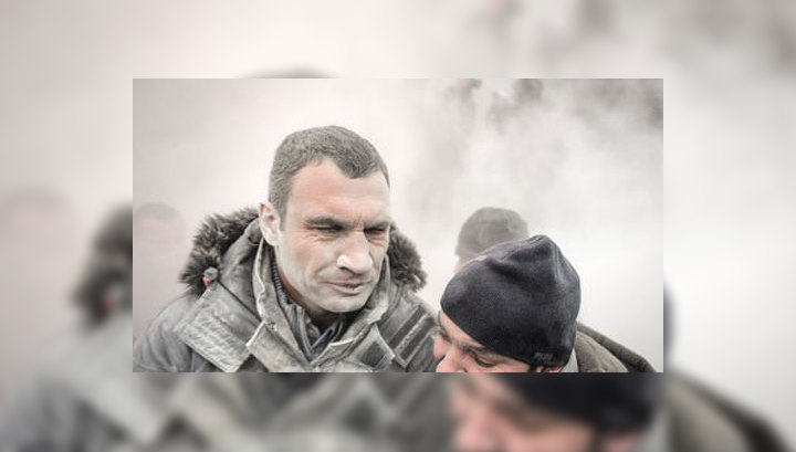 Беспорядки в Киеве: Кличко залили пеной из огнетушителя