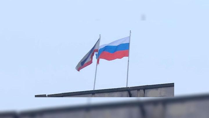 Над зданиями парламента и правительства Крыма подняли российские флаги