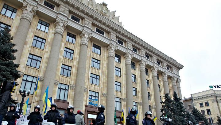 """Участники вече """"За Харьков"""" отбили здание администрации у радикалов"""