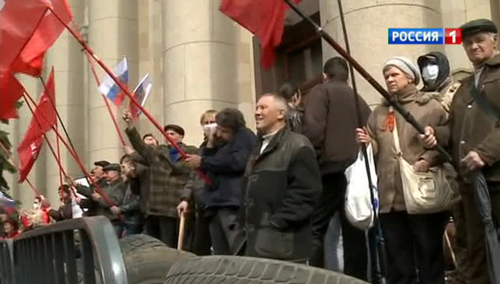 Восстание юго-востока Украины: харьковчане собирают живой щит у Дома советов