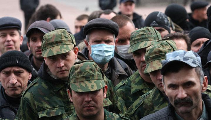 На подступах к Луганску активисты остановили колонну бронетехники