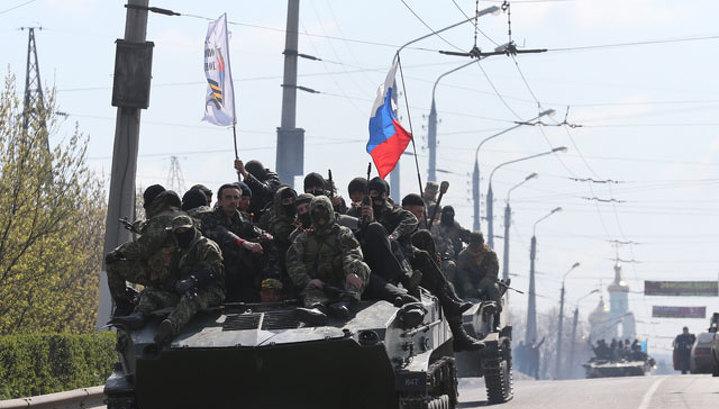 Украинские военные, вошедшие в Славянск, подняли российский флаг