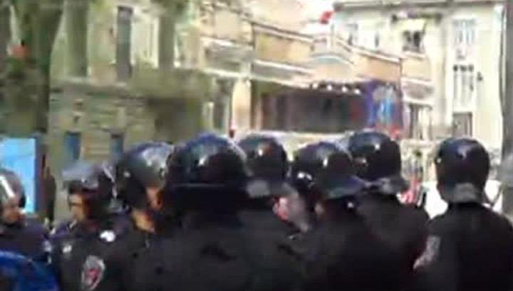"""Активисты """"Правого сектора"""" подожгли Дом профсоюзов в Одессе"""