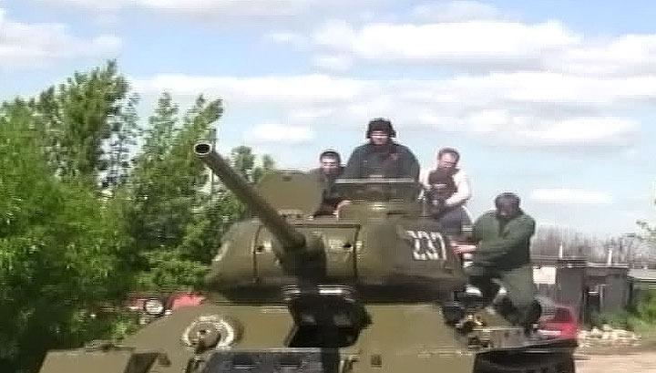 В Луганске сняли с постамента и отремонтировали танк времен войны