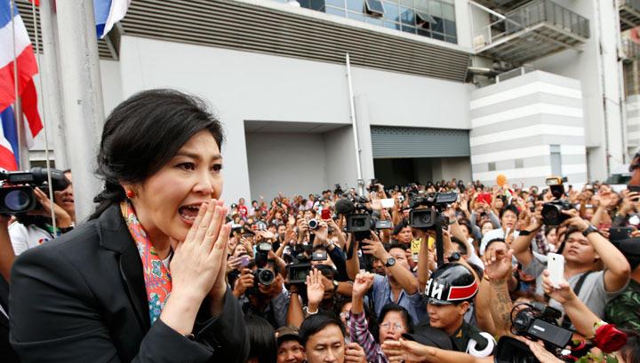 Таиланд: Чинават отпущена, протесты продолжаются