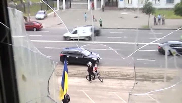После атаки радикалов посольство РФ в Киеве взяли под усиленную охрану