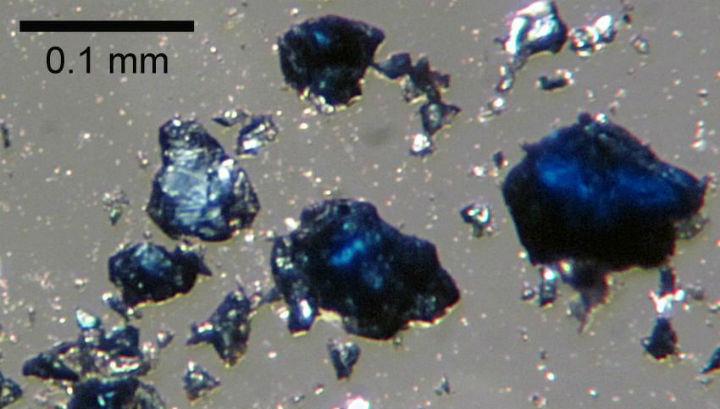 Фрагменты минерала рингвудита, синтезированные в лаборатории. Предположительно этот минерал существует в мантии на глубинах в 500-700 километров