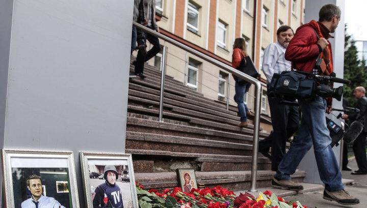 К зданию ВГТРК несут цветы и свечи в память о погибших журналистах