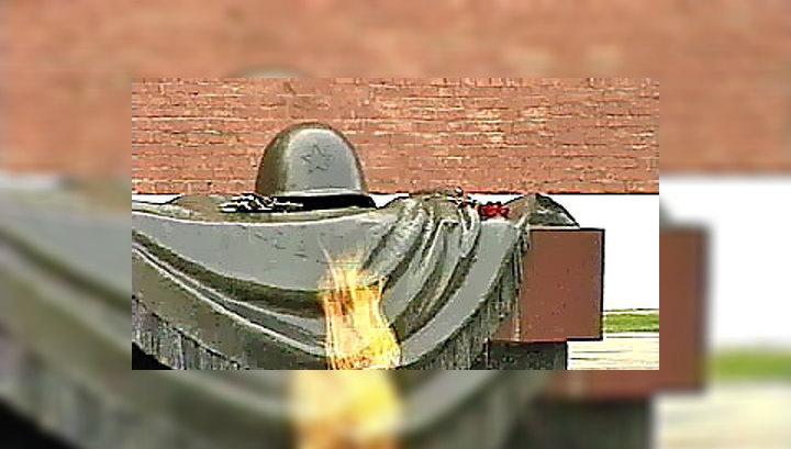 Президент возложил венок к могиле Неизвестного солдата