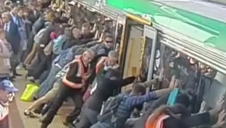 В поезде дала толпе 11