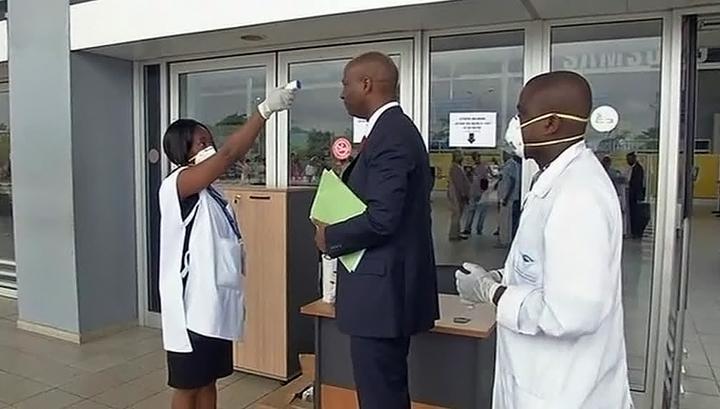 Врачи: вернувшийся домой с Эболой американец не мог заразить других пассажиров