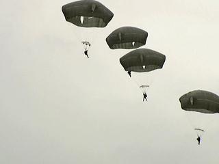 Подросток-парашютист повис над железной дорогой после неудачного прыжка