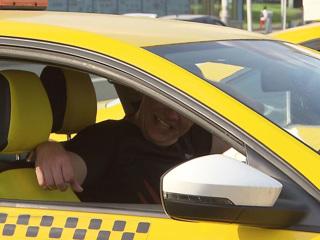 На западе Москвы пассажир ранил таксиста ножом