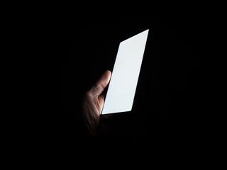 Суперпрочное стекло для смартфона само заживит царапины