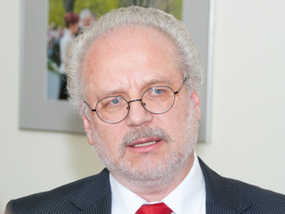 Президент Латвии призвал не умирать от COVID-19 ради Рождества