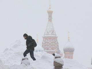 Москва встала: сильные снегопады продлятся до Нового года