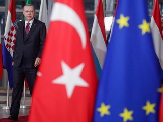"""После молитвы Эрдоган порассуждал о """"спасении"""" от Макрона"""