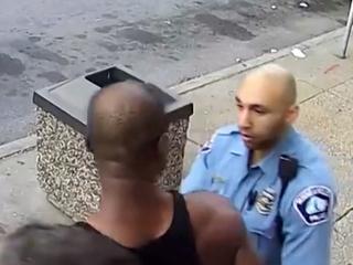 Обвиняемый в убийстве Джорджа Флойда полицейский вышел на свободу