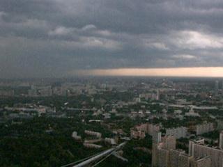 Ураган в Москве: летающие палатки, поваленные деревья
