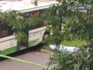 Московская пенсионерка погибла под колесами врезавшегося в остановку автобуса