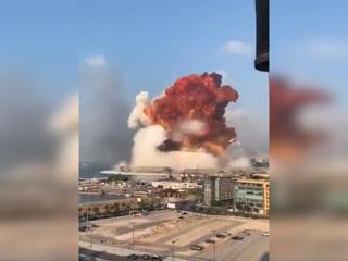 Момент мощного взрыва в порту Бейрута попал на видео