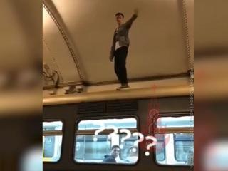 В московском метро зацеперы устроили танцы на крыше вагона