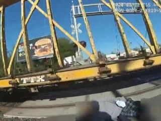 Офицер полиции в США спасла инвалида на переезде за мгновение до катастрофы. Вести. Дежурная часть