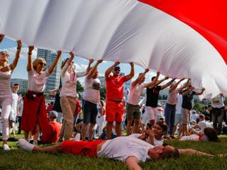 Спикер Рады попросил депутатов убрать флаги белорусской оппозиции