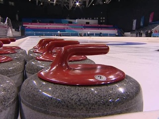 В Красноярске начали заливать лед для чемпионата по керлингу