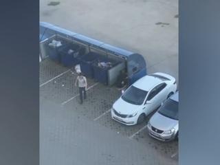 Житель Омска выбросил докучавшую ему девушку в мусорный бак