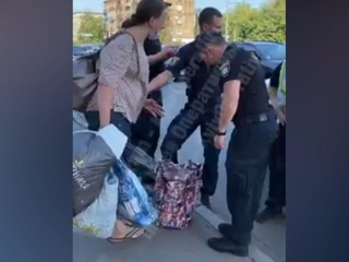 У многодетной матери забрали грудничка, которого она носила в хозяйственной сумке
