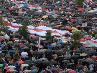 БТРы и водометы покинули территорию Дворца независимостив Минске