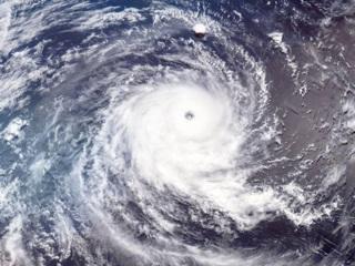 Тайфун Surigae опасен для мореплавателей