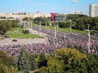 Силовики включили протестующим музыку и усилили меры безопасности у резиденции Лукашенко